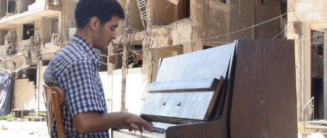 Il-pianista-del-campo-profughi